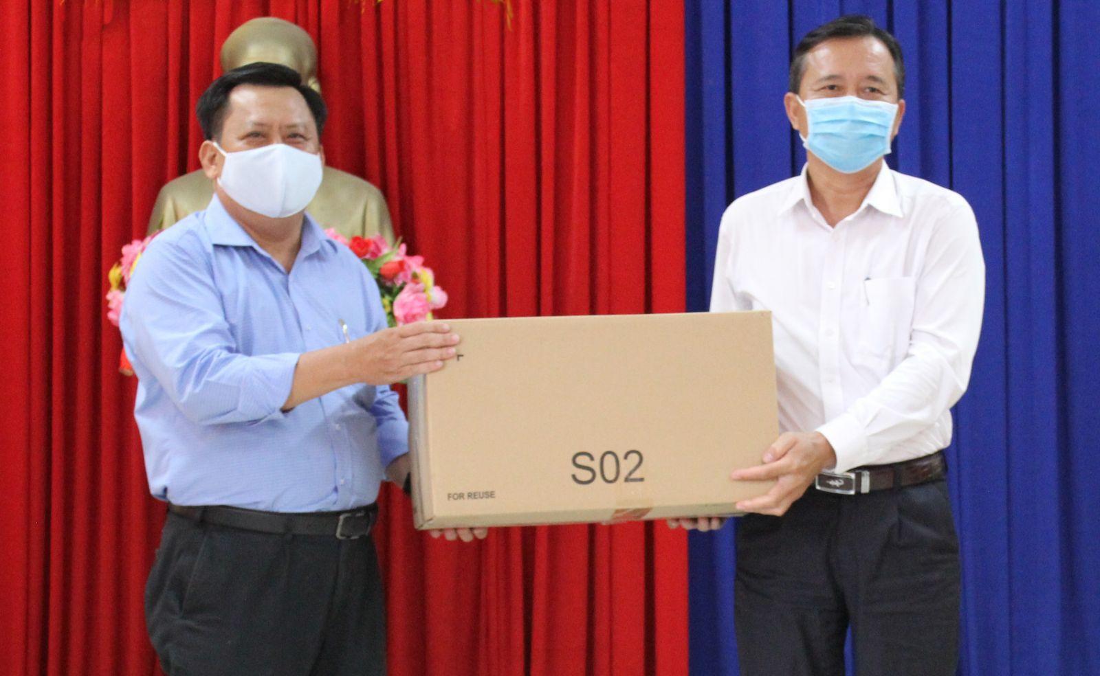 Giám đốc Sở Kế hoạch và Đầu tư - Huỳnh Văn Sơn (bên trái) trao 4.000 khẩu trang cho Phó Chủ tịch UBND TP. Tân An - Nguyễn Quang Thái