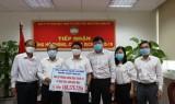 Cục Thuế tỉnh Long An và Cty Bao bì giấy Việt Trung ủng hộ phòng, chống dịch Covid-19 và hạn, mặn