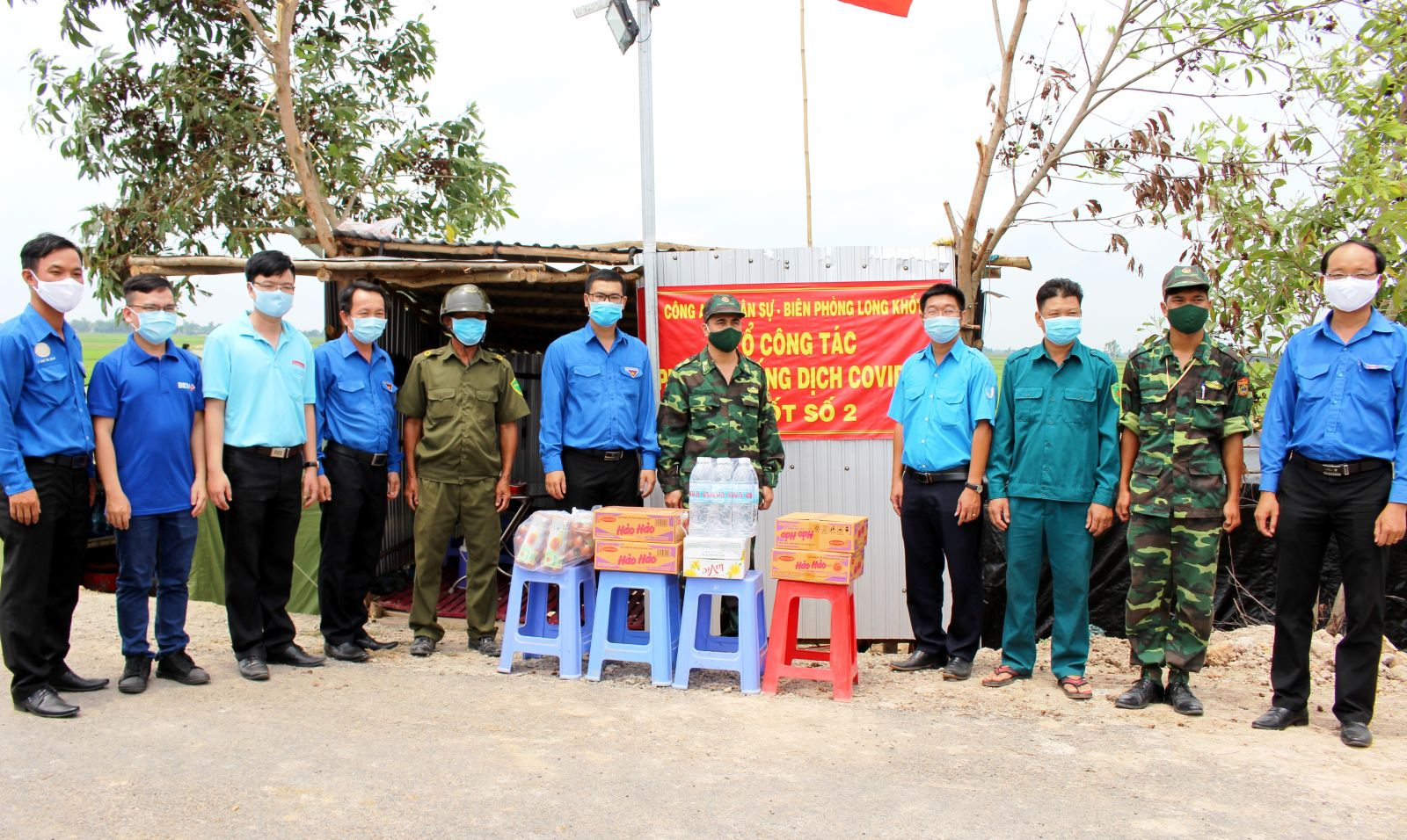 Visiting and giving basic necessities and medical supplies to border guard soldiers