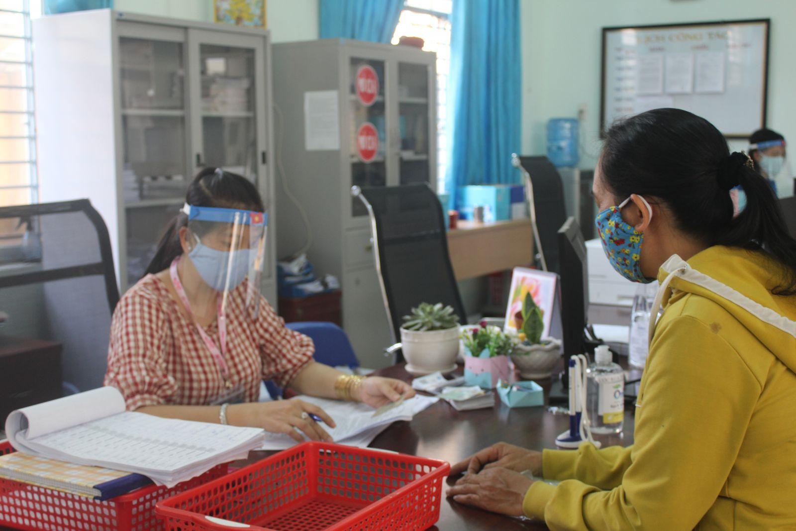 Người dân đến làm việc bắt buộc phải đo thân nhiệt, đeo khẩu trang và rửa tay sát khuẩn