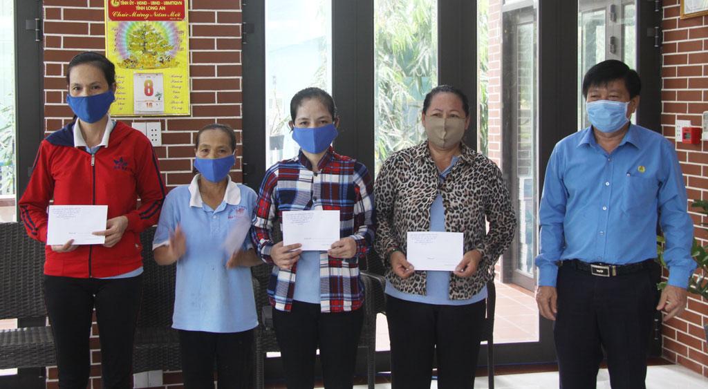 Công nhân được nhận hỗ trợ từ Liên đoàn Lao động các cấp