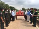 Châu Thành tặng quà hỗ trợ phòng, chống dịch Covid-19 cho Campuchia