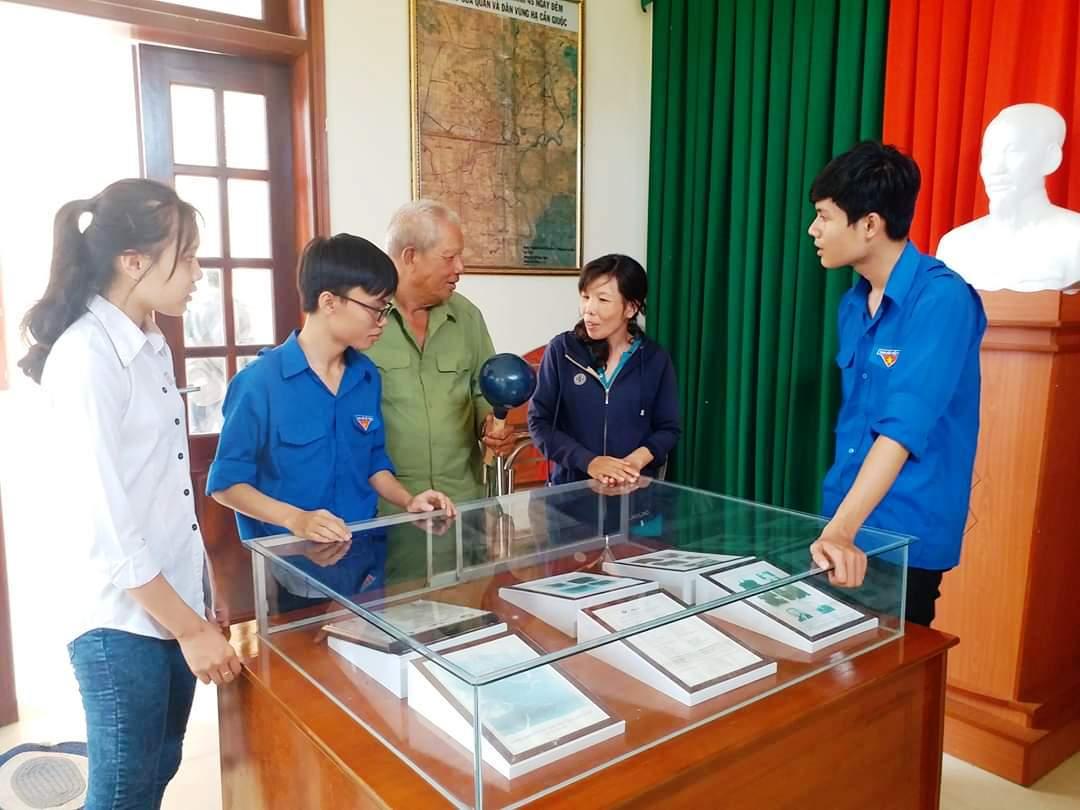 Ông Nguyễn Văn Kiểm kể với thế hệ trẻ về trận Cầu Kinh