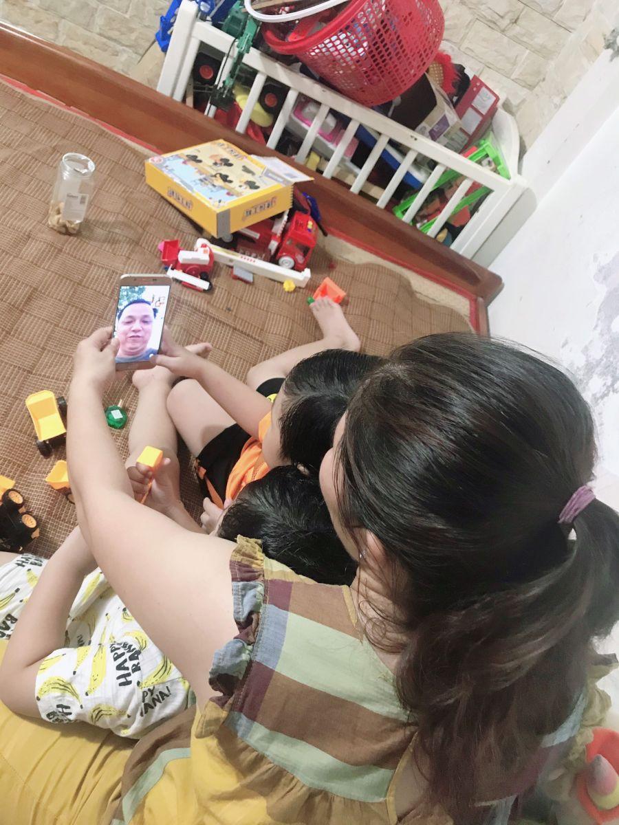 Trung úy, bác sĩ Đỗ Tấn Phương gọi qua Zalo để trò chuyện cùng vợ con