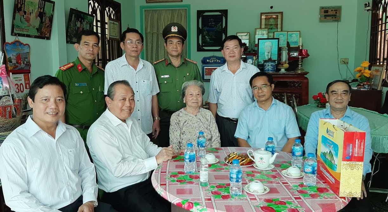 Đoàn thăm và tặng quà Mẹ Việt Nam anh hùng Phạm Thị Uyển