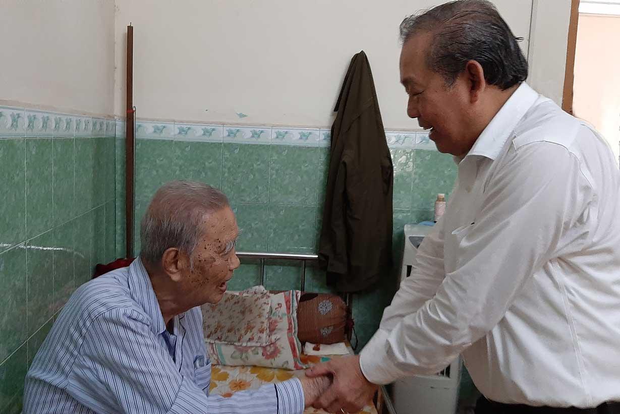 Phó Thủ tướng ân cần thăm hỏi sức khỏe Anh hùng Lực lượng vũ trang nhân dân Nguyễn Văn Chiểu