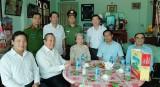 Phó Thủ tướng Trương Hòa Bình thăm, tặng quà Anh hùng Lực lượng vũ trang nhân dân và Mẹ Việt Nam anh hùng