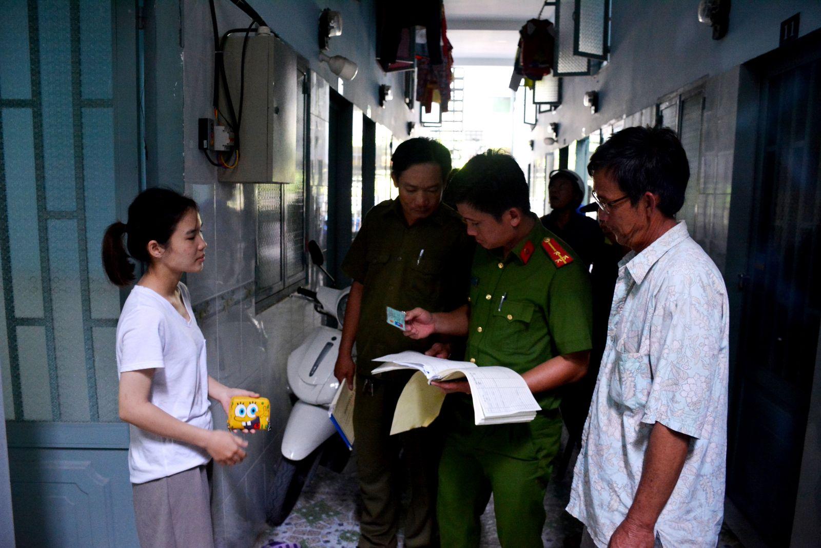 Lực lượng công an kiểm tra lưu trú tại nhà trọ có đông công nhân, lao động