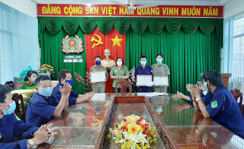 Thừa ủy quyền Chủ tịch UBND TP. Tân An, Thiếu tá Lương Thị Tuyết Hạnh trao giấy khen cho các thành viên Đội dân phòng