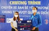 """""""Chuyến xe yêu thương"""" tặng 400 phần quà cho người dân huyện Tân Thạnh"""