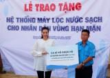 Ca sĩ Hồ Ngọc Hà tặng máy lọc nước tại Long An