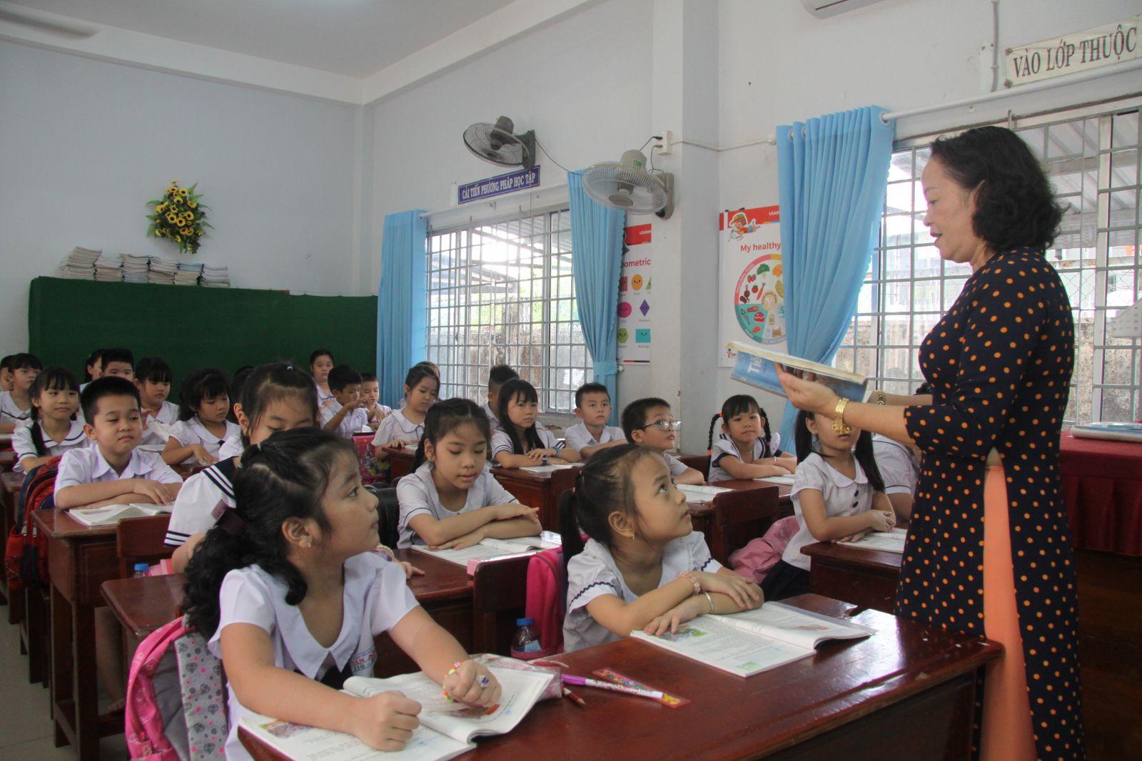Học sinh trở lại trường sau thời gian tạm nghỉ để phòng, chống dịch bệnh