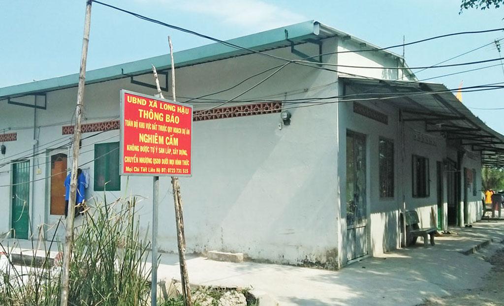 Chính quyền địa phương cắm bảng thông báo không được xây dựng trái phép