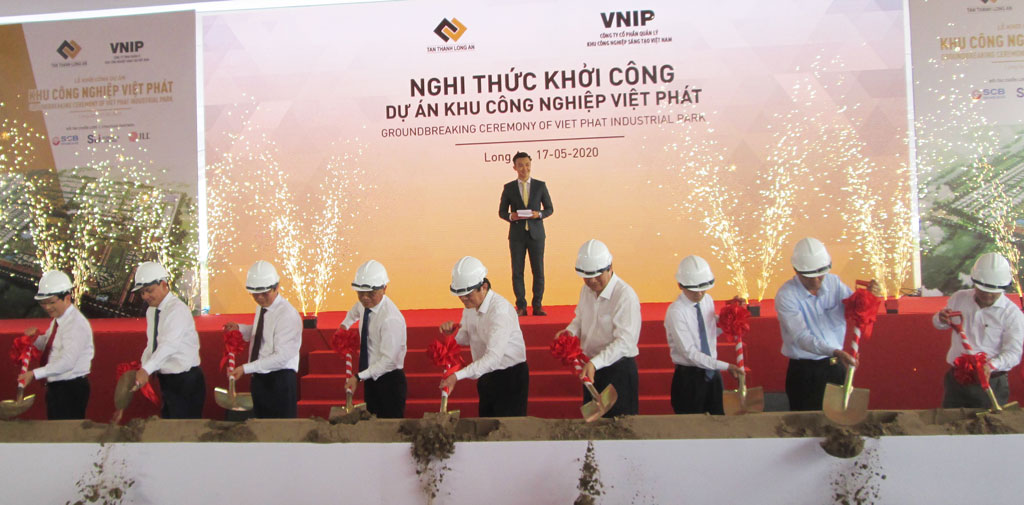Former State President - Truong Tan Sang (4th, L) and Secretary of the Provincial Party Committee, Chairman of Provincial People's Council - Pham Van Ranh (5th, L) perform the groundbreaking ceremony