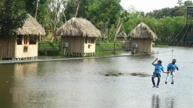 Trượt cáp treo trên mặt hồ nước - sản phẩm du lịch mới tại Quảng Nam được giới trẻ ưu thích. (Ảnh: Hữu Trung/TTXVN)