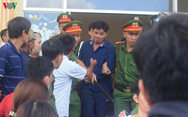 Lê Hoàng Tân (tức Tân Móp) bị công an áp giải sau khi tuyên án