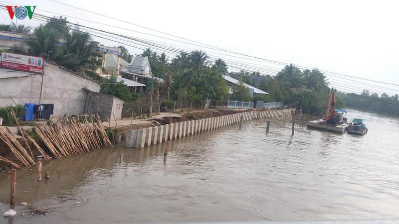 Khắc phục sạt lở ven sông Phú Phong thuộc huyện Châu Thành, tỉnh Tiền Giang.