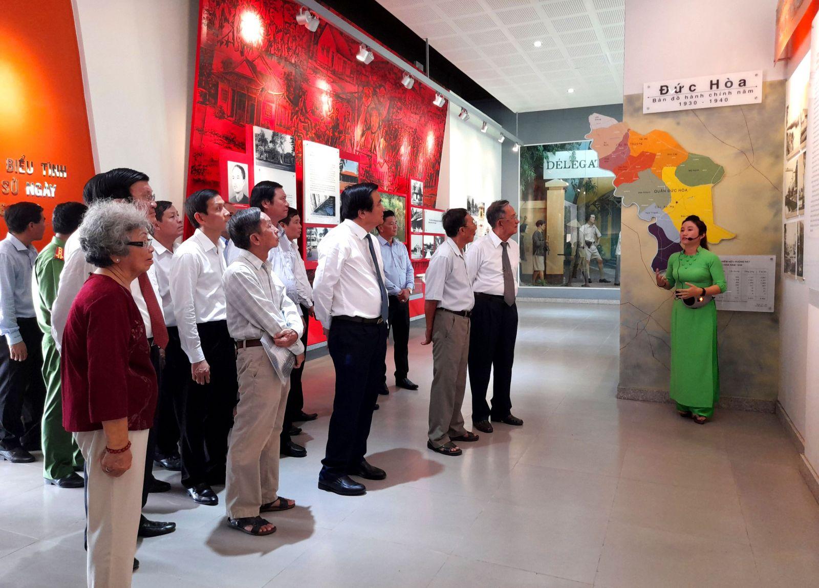 Đại biểu tham quan Nhà trưng bày Khu di tích Ngã tư Ðức Hòa
