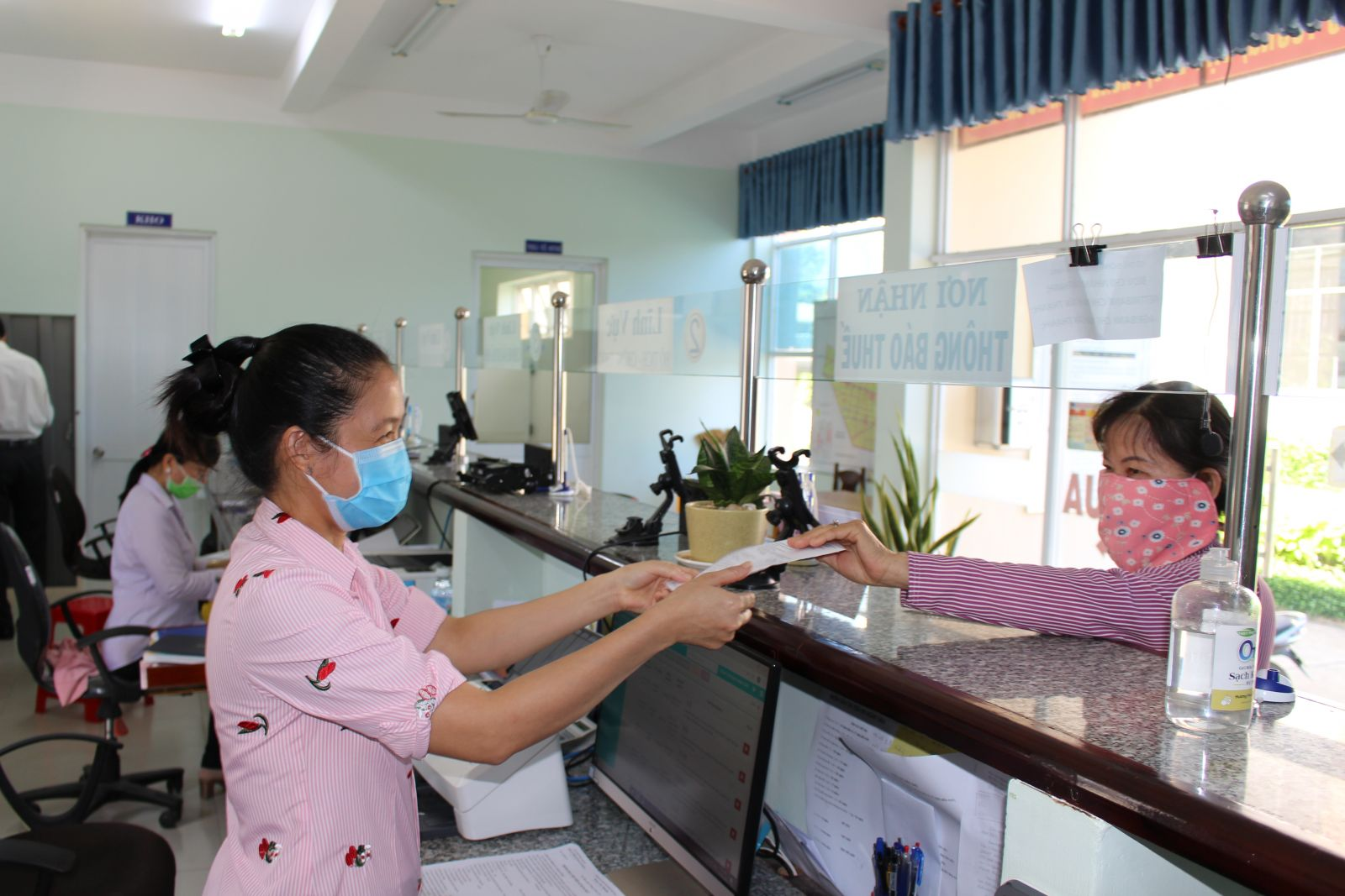 Trung tâm Hành chính công huyện Tân Thạnh được thành lập và đi vào hoạt động giúp người dân vùng sâu, vùng xa thuận tiện hơn trong giải quyết thủ tục hành chính
