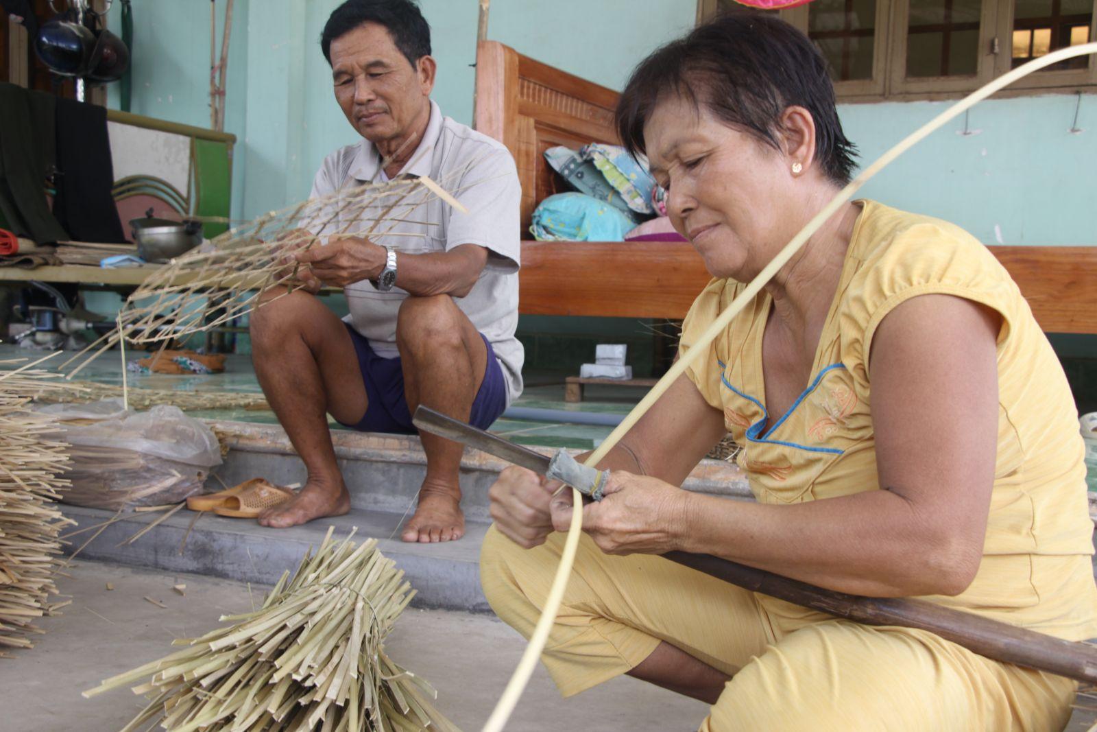 Để có được thành phẩm đẹp, người vót nan phải ra tre, trúc đều tay, nan vót phải nhỏ, mỏng và đều,...