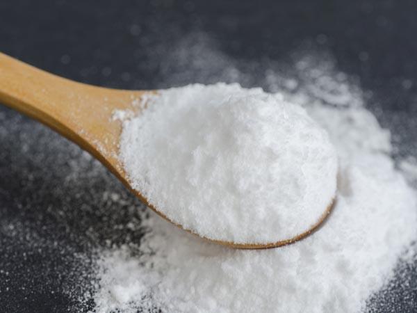 Baking soda: Hãy hòa 1 thìa baking soda với 3 thìa nước để tạo hỗn hợp đặc quánh, thoa lên vết sẹo và mát-xa trong vài phút. Xả sạch với nước ấm.