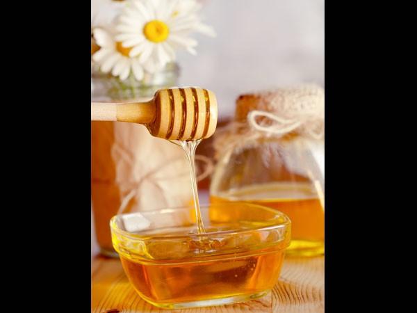 Mật ong: Mật ong từ lâu đã được sử dụng để làm mờ sẹo. Hãy sử dụng mật ong organic và tạo hỗn hợp với nước và yến mạch, sau đó thoa lên vết sẹo. Bạn cũng có thể dùng kèm với nha đam hoặc dưa chuột để tăng tính hiệu quả.