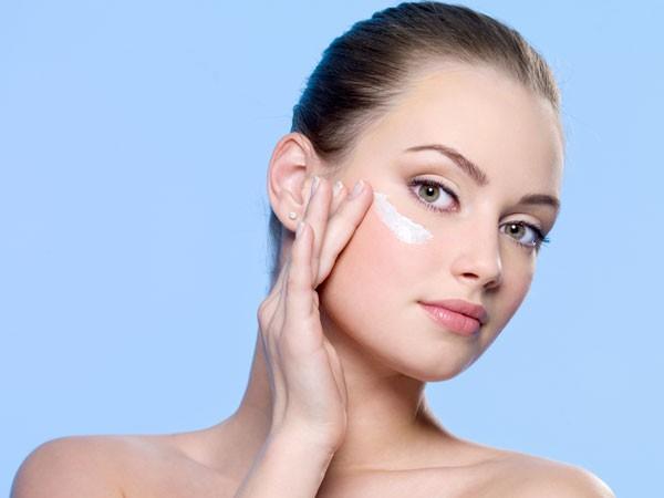 Kem và lotion: Bên cạnh các phương pháp tự nhiên nói trên, bạn cũng có thể sử dụng kem hoặc lotion làm mờ sẹo theo chỉ dẫn của bác sĩ./.
