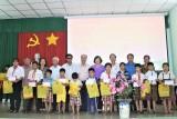 Chủ tịch UBND tỉnh Long An - Trần Văn Cần tặng quà cho trẻ em có hoàn cảnh đặc biệt khó khăn