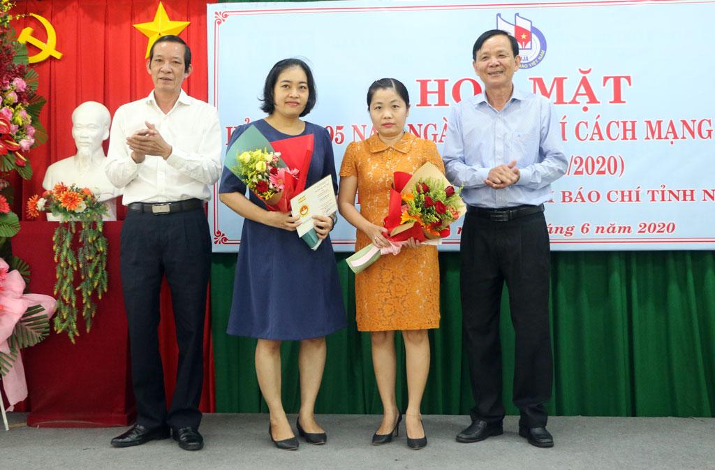 Presenting the Vietnam Medal for Journalism Career to members of journalism association