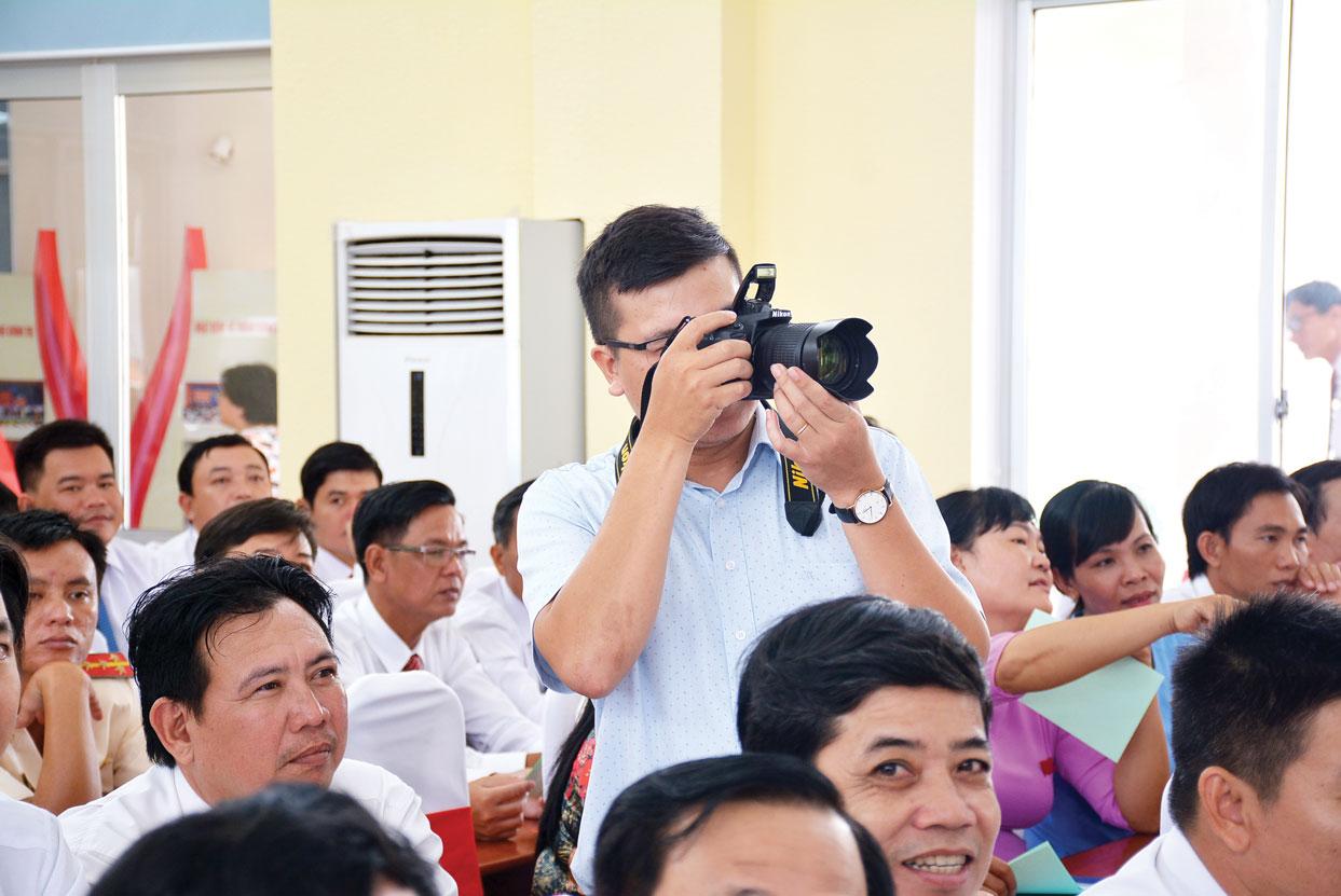 Phóng viên Báo Long An tác nghiệp tại đại hội