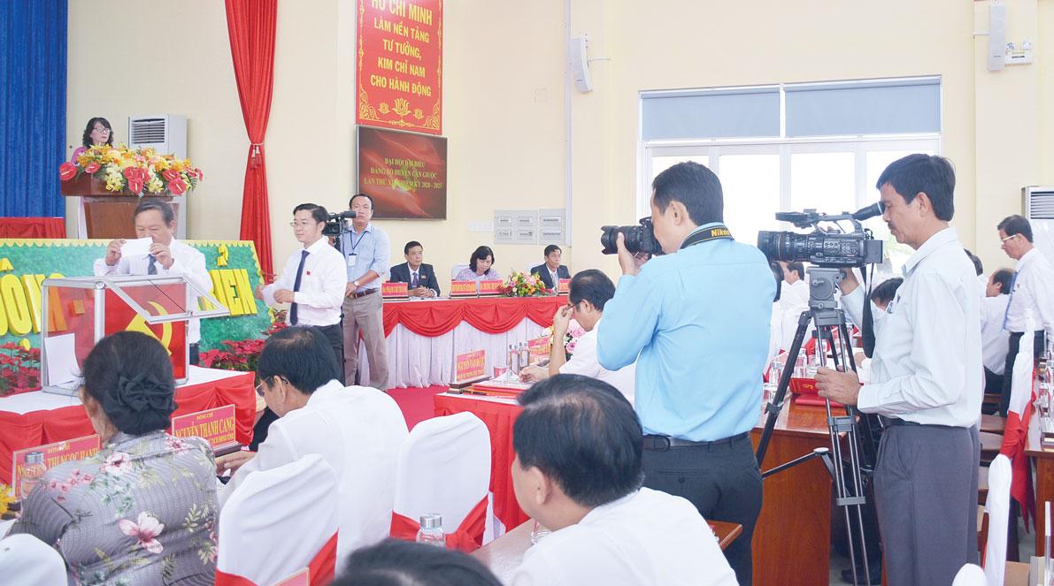 Các cơ quan báo chí tập trung tuyên truyền, thông tin về đại hội (Trong ảnh: Phóng viên tác nghiệp tại đại hội Đảng bộ huyện Cần Giuộc)