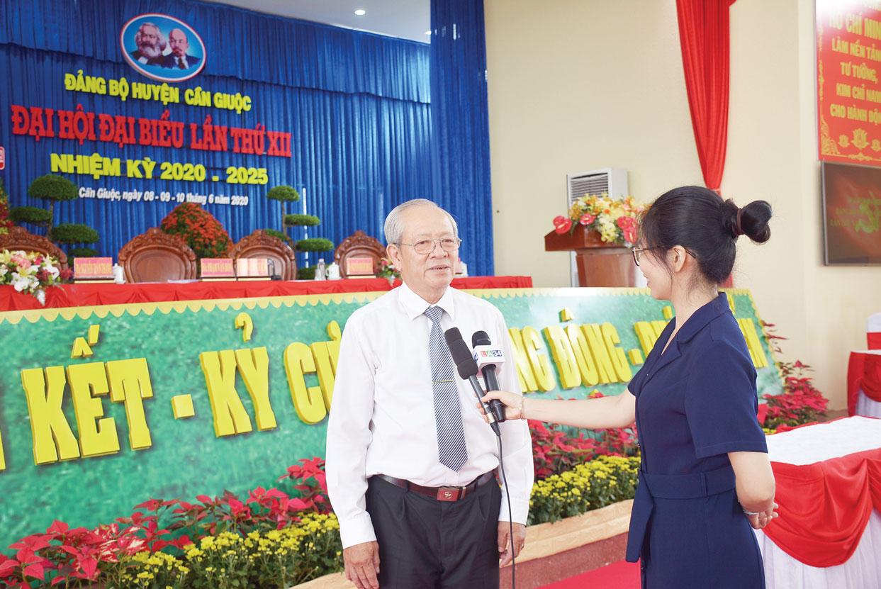 Phóng viên Đài Phát thanh và Truyền hình Long An phỏng vấn đại biểu dự đại hội