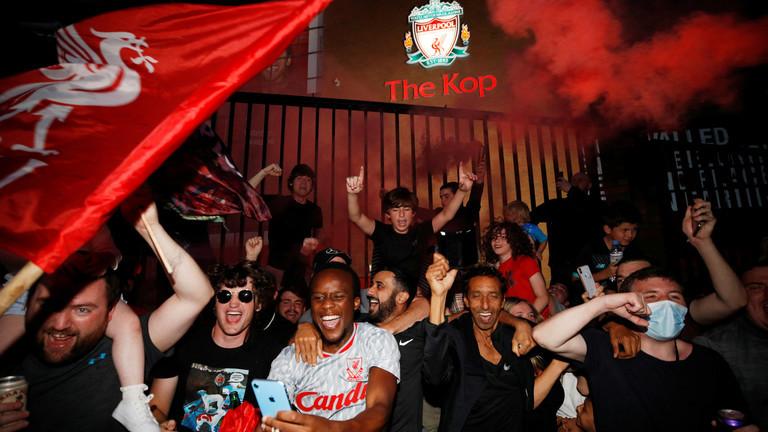 Fan Liverpool ăn mừng chức vô địch bên ngoài sân Anfield