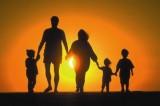 Hạnh phúc gia đình: Các thành viên trong gia đình cùng hướng về nhau