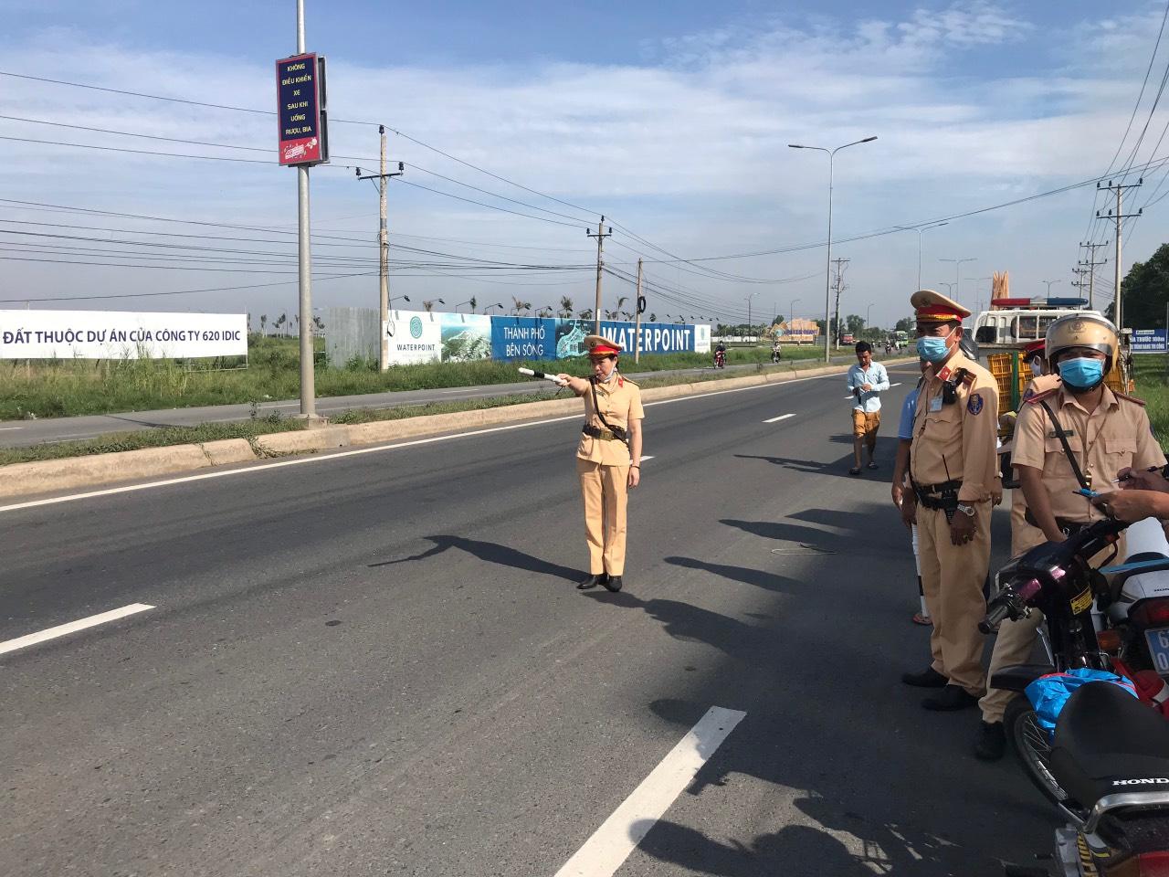 Cán bộ, chiến sĩ nữ Cảnh sát giao thông Công an huyện Bến Lức tuần tra, xử lý vi phạm