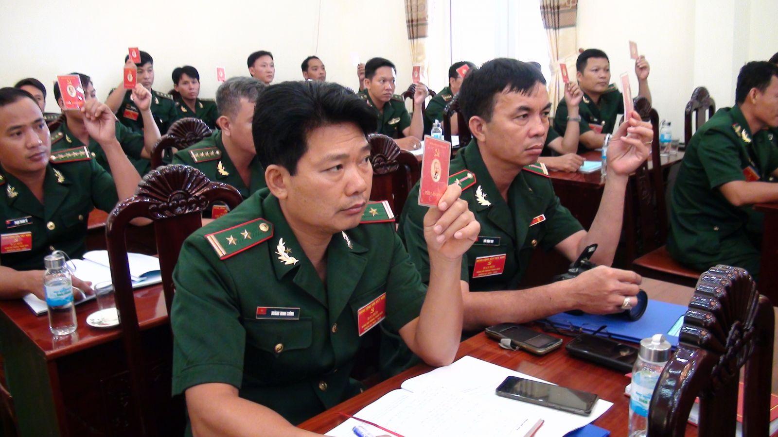 Các đại biểu biểu quyết trong Đại hội Đảng bộ Phòng Tham mưu
