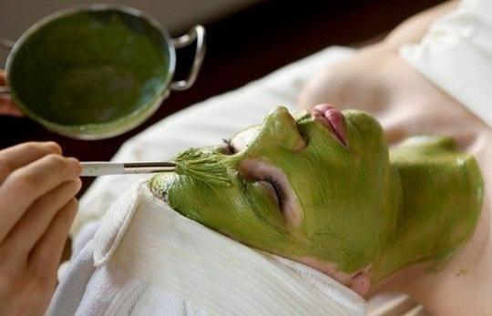 Rửa sạch mặt và lấy hỗn hợp trên thoa đều lên mặt. Vừa thoa về massage nhẹ nhàng.