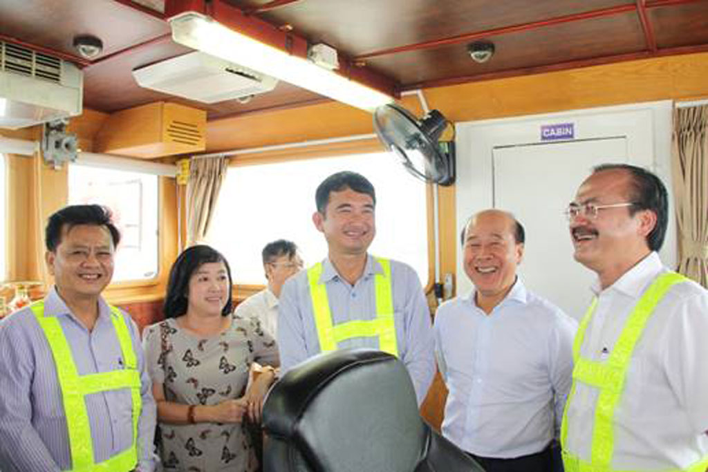 Deputy Minister of Transport - Nguyen Van Cong (2nd, R) highly appreciates the speed of completion, the completely built items and the operation efficiency of Long An IP