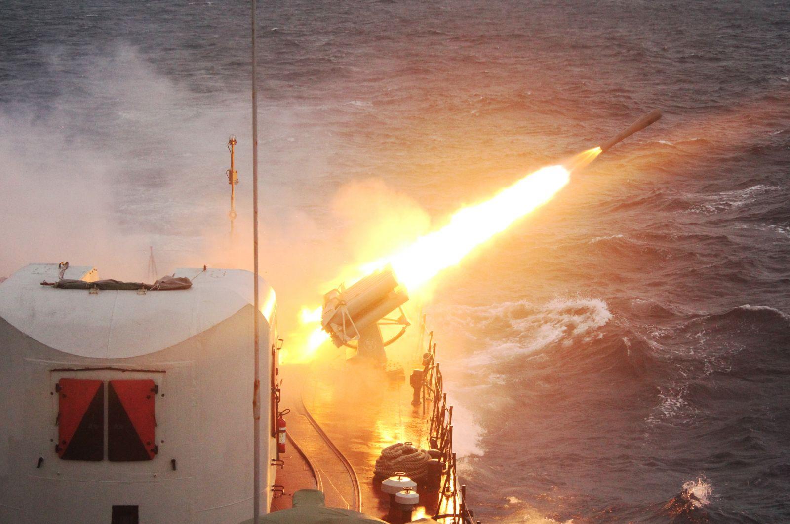 Tàu 11 thực hành bắn pháo tiêu diệt mục tiêu trên biển