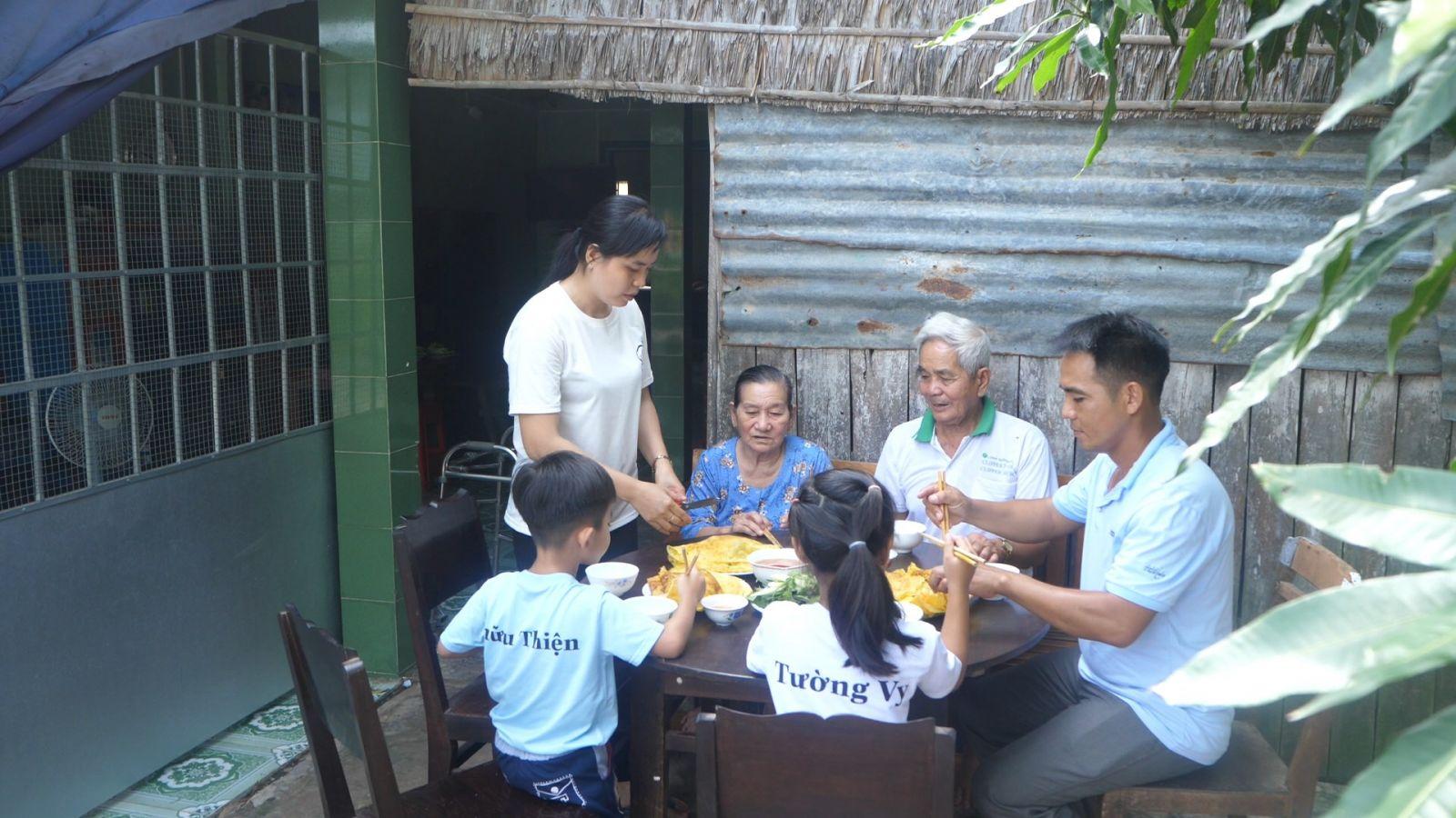 Bữa cơm sum họp của gia đình Đại úy Nguyễn Hữu Có