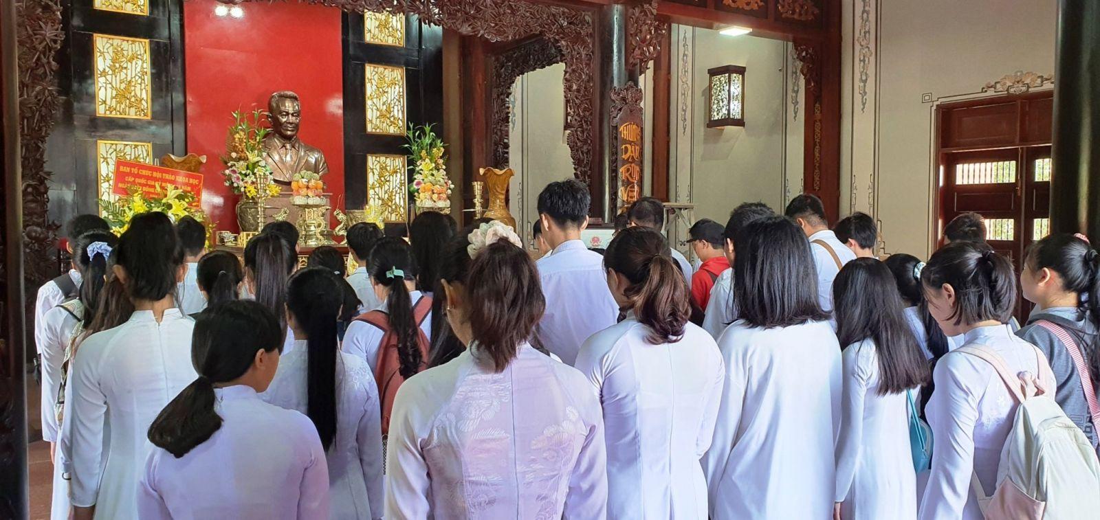 Học sinh Trường THPT Nguyễn Hữu Thọ viếng Khu lưu niệm của ông