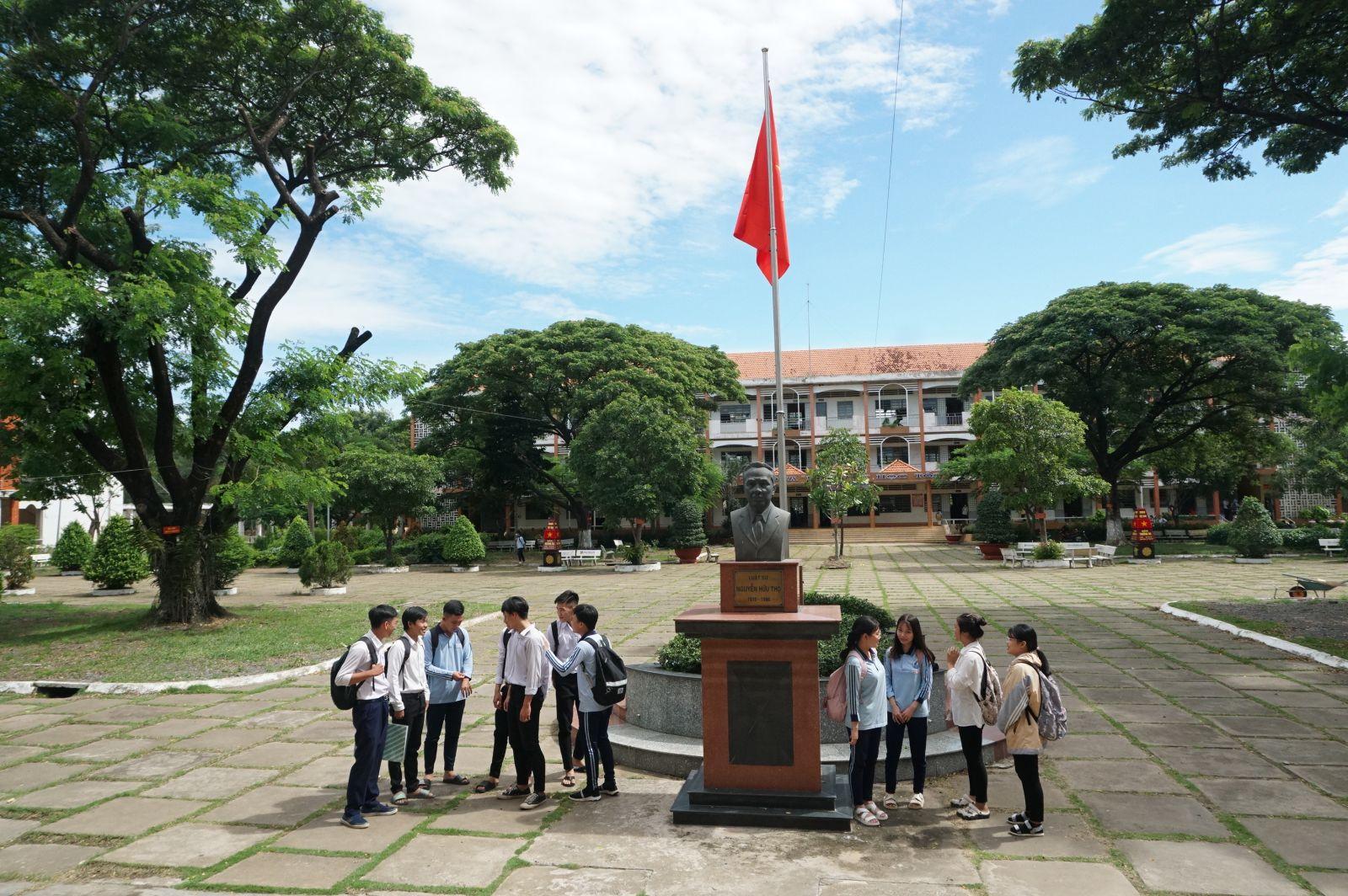 Tượng Nguyễn Hữu Thọ được đặt giữa sân trường để giáo dục