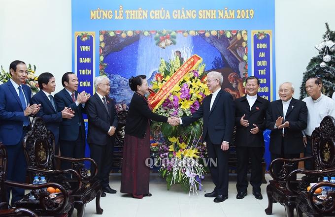 Chủ tịch Quốc hội Nguyễn Thị Kim Ngân đến thăm và chúc mừng chức sắc Công giáo nhân dịp Lễ Giáng sinh năm 2019 tại Ủy ban Đoàn kết Công giáo Việt Nam. (Ảnh: Quochoi.vn).