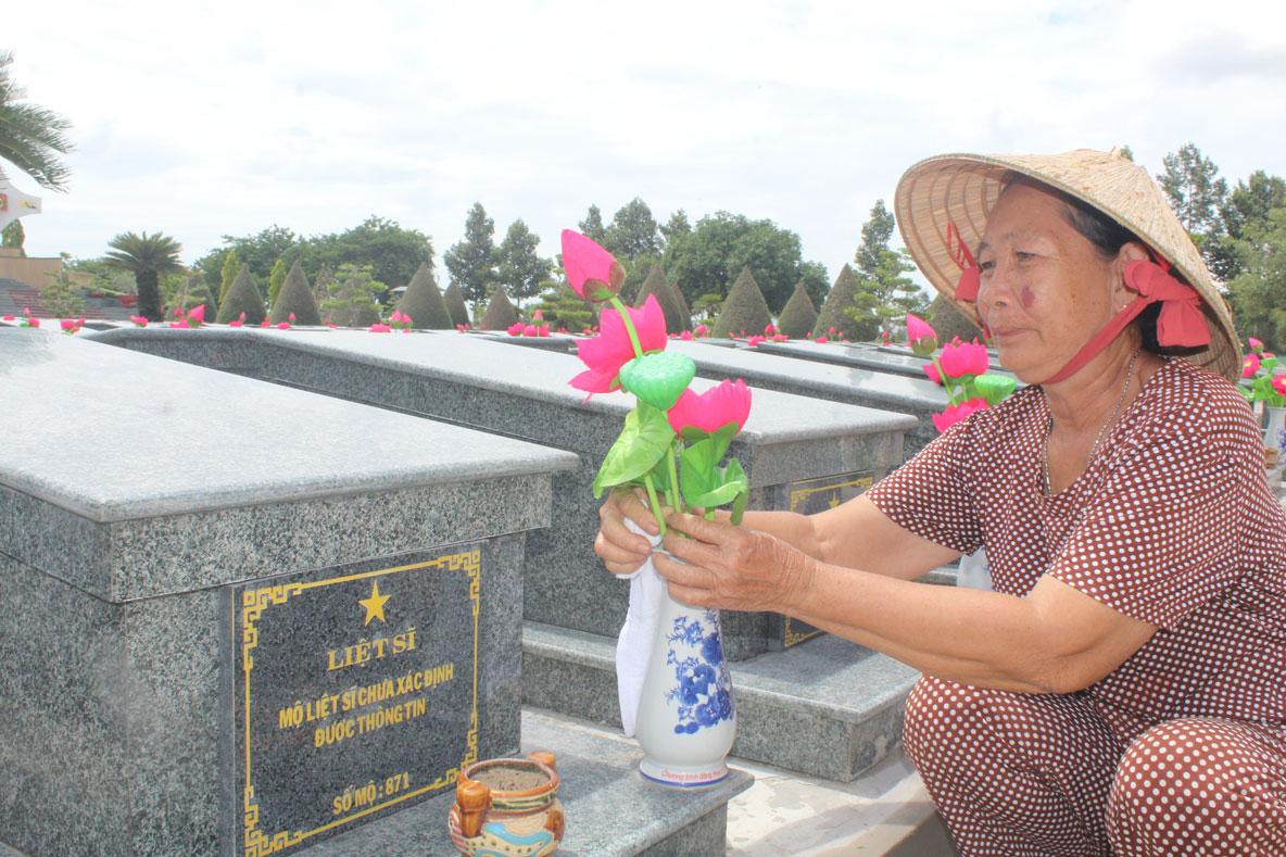 Bà Phùng Thị Mỹ vẫn lặng thầm canh giấc ngủ ngàn thu cho đồng đội