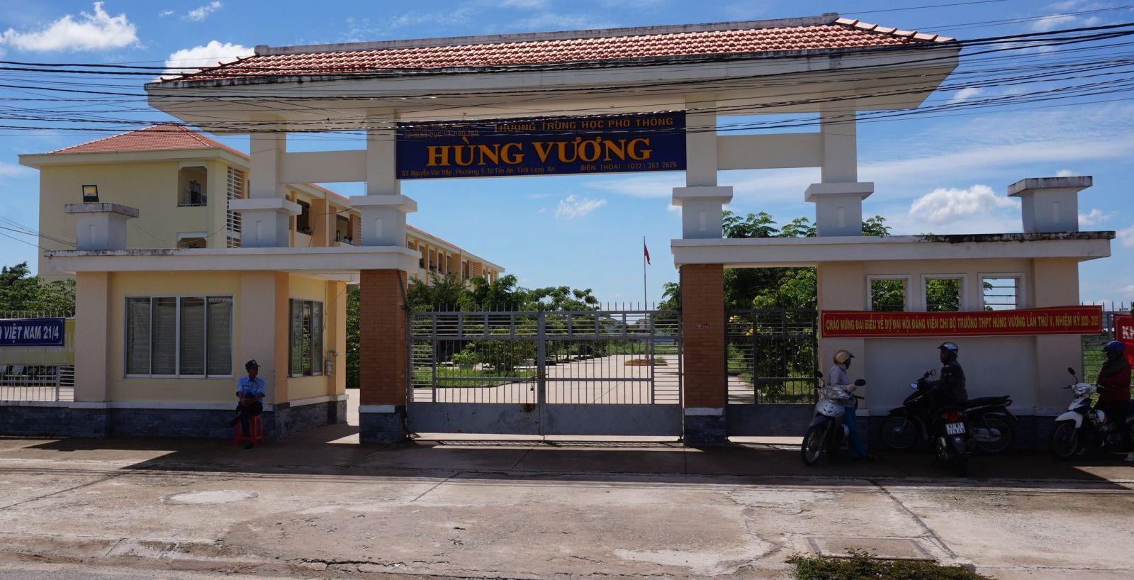 """Trường THPT Hùng Vương, phường 5, TP.Tân An là điểm chính cho Đội hình """"Tiếp sức mùa thi"""" của Thành đoàn Tân An"""