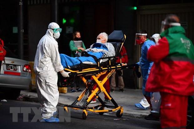 Nhân viên y tế chuyển bệnh nhân COVID-19 vào một bệnh viện ở Buenos Aires, Argentina. (Ảnh: AFP/TTXVN)
