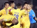 Bức xúc trọng tài, lãnh đạo Nam Định dọa bỏ V-League 2020