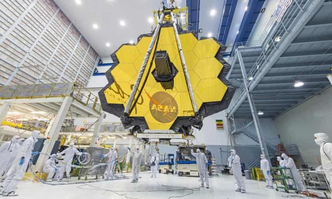 Các kỹ thuật viên NASA đang thao tác với gương của JWST tại trung tâm không gian ở bang Maryland (Mỹ). Ảnh: NASA