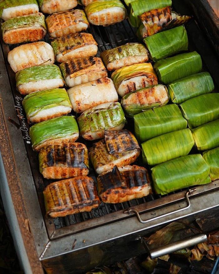 Chuối nếp nướng là món ăn vỉa hè phổ biến ở Cần Thơ. Quà vặt được các tín đồ hảo ngọt ưa thích bởi hương vị béo thơm, mềm dẻo. Chuối được bọc nếp, lá chuối, nướng trên bếp than, khi chín vàng, người bán sẽ rưới nước cốt dừa, đậu phộng lên trên. Lớp vỏ bên ngoài cháy cạnh, bên trong chín mềm, ngọt dịu mang đến trải nghiệm khó quên cho thực khách. Ảnh: Tannhan.sg, chuoinuonggiatruyen.
