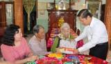 Thứ trưởng Bộ Lao động - Thương binh và Xã hội - Lê Tấn Dũng thăm Mẹ Việt Nam Anh hùng